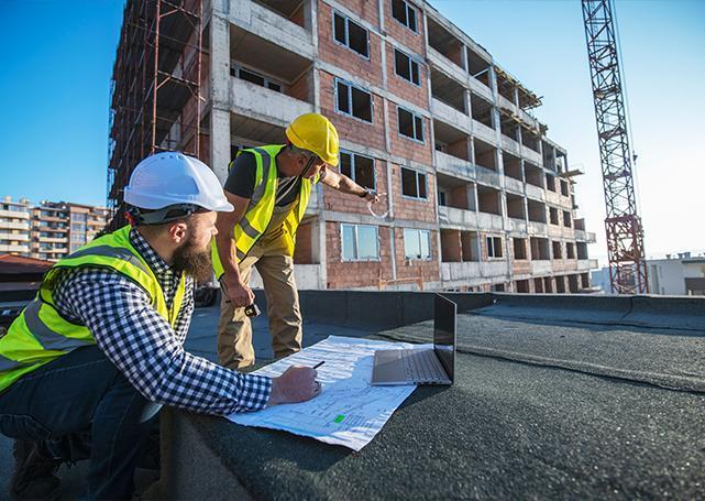Pracownicy zplanami nazewnątrz budynku